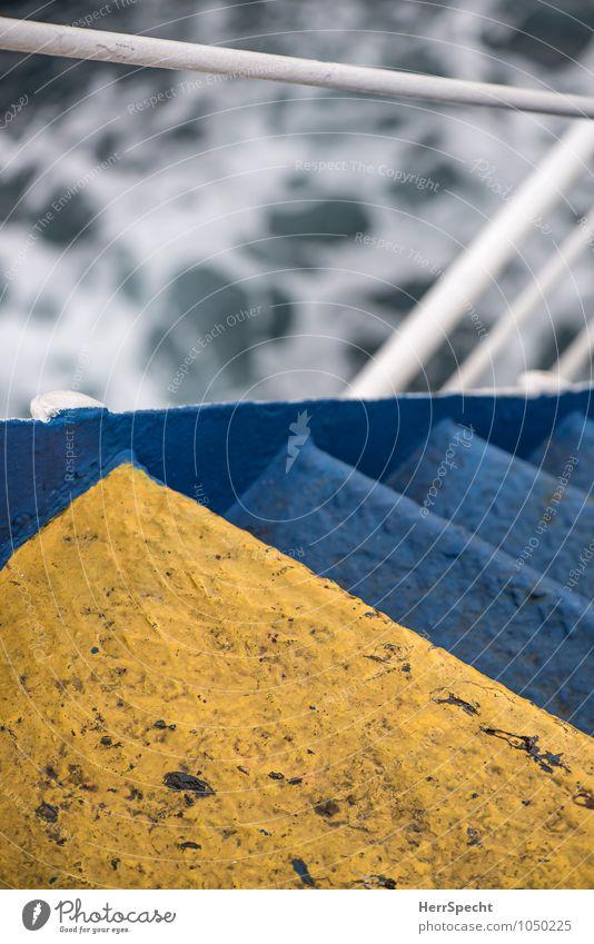 Slippery when wet Treppe Schifffahrt Kreuzfahrt Passagierschiff Fähre An Bord Metall Wasser blau gelb weiß steil gefährlich Treppengeländer abwärts Glätte