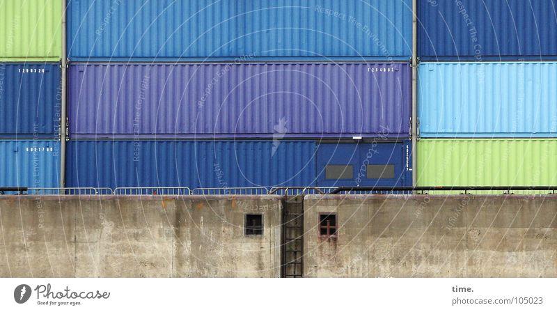 Keksdosen XXXXXXXL Farbfoto Außenaufnahme Tag Meer Industrie Güterverkehr & Logistik Hafen Mauer Wand Wasserfahrzeug Container Verpackung Dose Stein Beton Stahl