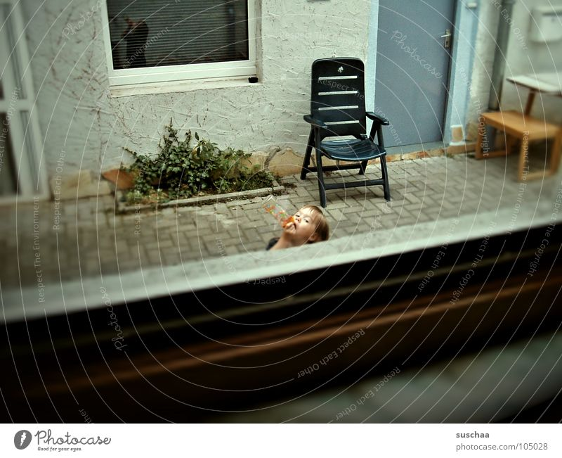 .. ich mag jetzt noch nicht reinkommen .. Kind Mädchen Pflanze Fenster Wohnung Tür trinken Bauernhof Langeweile Kleinkind Hinterhof Pflastersteine Fensterblick