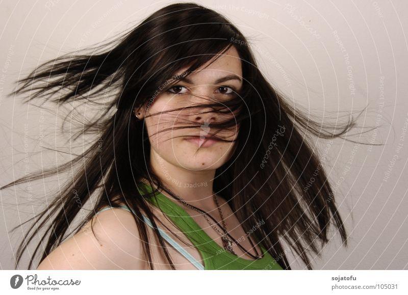 Schwung in den Haaren Drehung Frau Haare & Frisuren Hair Bewegung Blick Auge Momentaufnahme