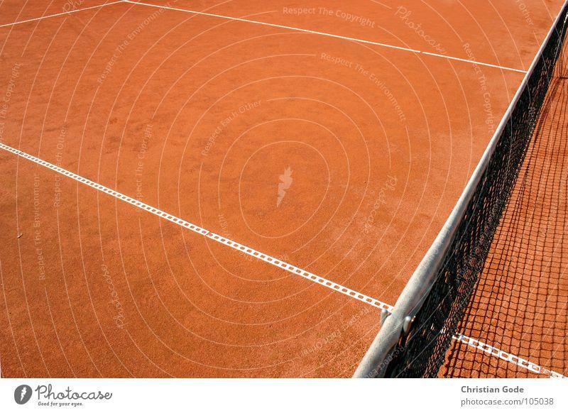 Winkelspiel Tennis rot weiß staubig Sandplatz Ballsport Sommer Erde Netz Brandasche Linie Ecke Schatten Abziehen Serve and Volley Netzkante Sport