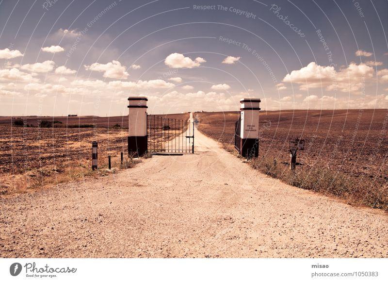 Puerta blanca Ausflug Ferne Umwelt Natur Landschaft Erde Sand Himmel Wolken Sommer Feld Wege & Pfade Traktor natürlich braun Leben Beginn Freiheit ruhig