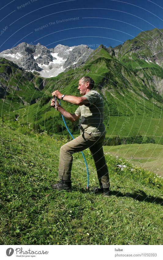 Bergbauer 3 Landwirtschaft Forstwirtschaft 1 Mensch 60 und älter Senior Umwelt Natur Landschaft Wolkenloser Himmel Sommer Schönes Wetter Berge u. Gebirge Gipfel