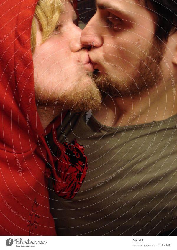 look at me Mann rot Liebe Küssen Partnerschaft Liebespaar Kapuze Homosexualität Anschnitt Zärtlichkeiten Zuneigung Kinnbart Kapuzenpullover Männergesicht Gesichtsausschnitt Kapuzenjacke