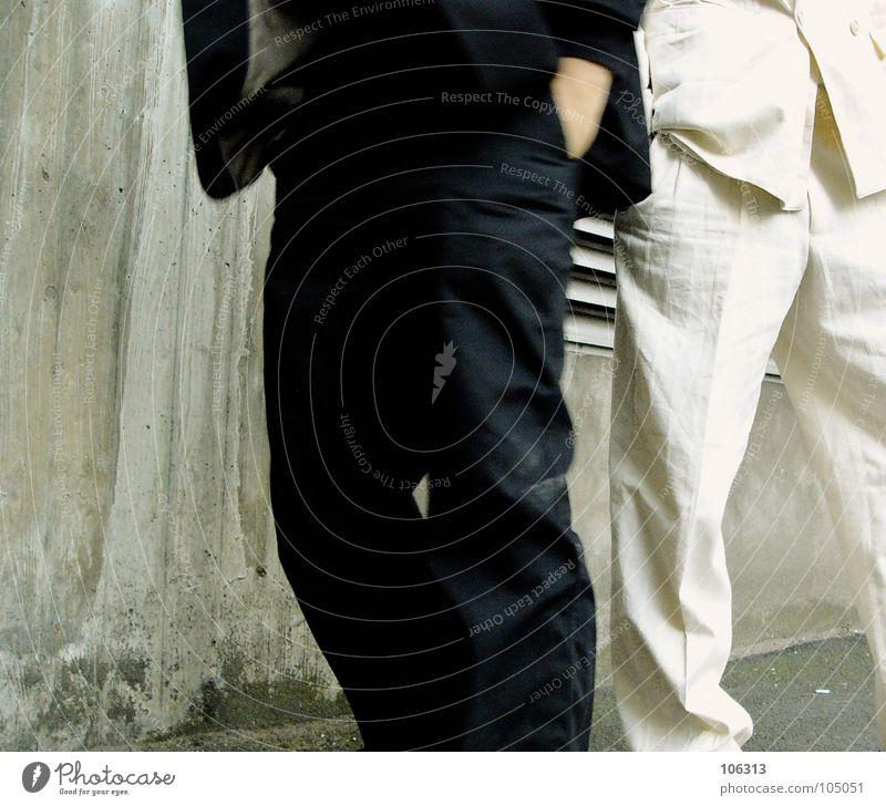 TASCHENBILLARD WM [KOLABO] Mann weiß schwarz Business warten paarweise Anzug Langeweile Bildausschnitt Gegenteil Anschnitt lässig Geschäftsleute bewegungslos kopflos geschäftlich