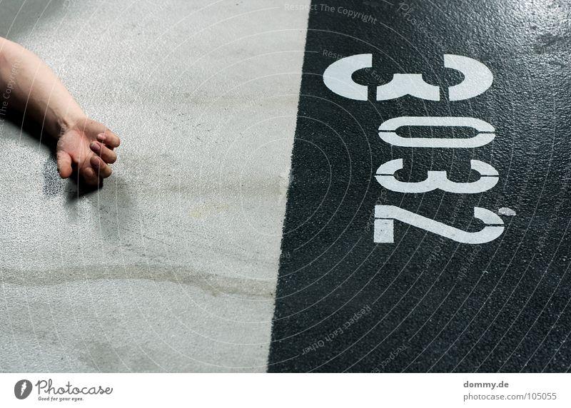 #3032 Mann Kerl Finger Fingernagel Hand Beton Teer Garage Tiefgarage Nacht dunkel Ziffern & Zahlen grell Leiche Langzeitbelichtung Arme Haut gliedmasen Schatten
