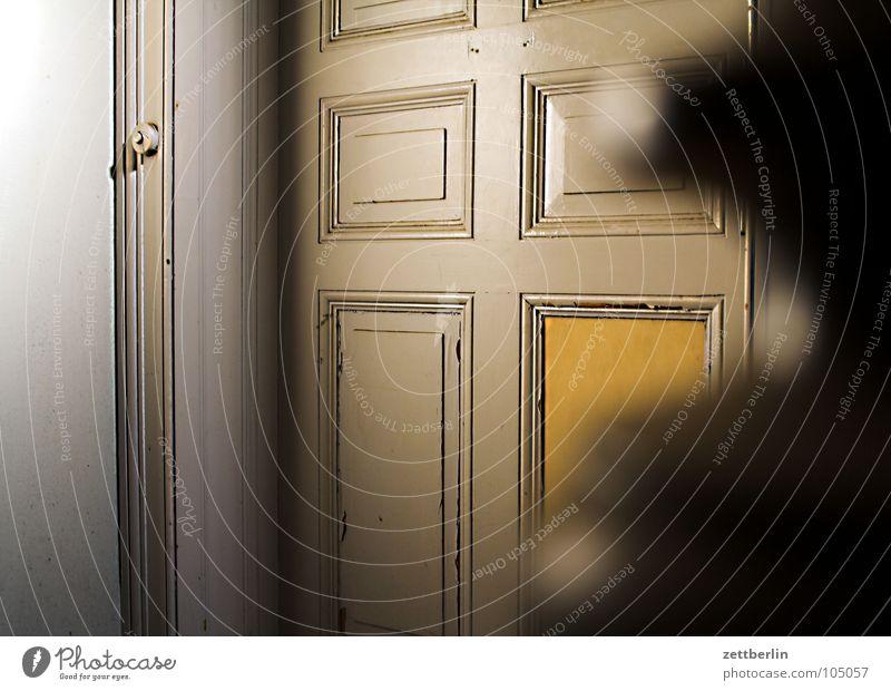 Nachbarschaft {f} = hood (Am.) (coll: neighborhood) Wohnung Treppenhaus Haus Treppenabsatz Knöpfe Klingel Eingang Besucher spionieren beobachten Lauschangriff