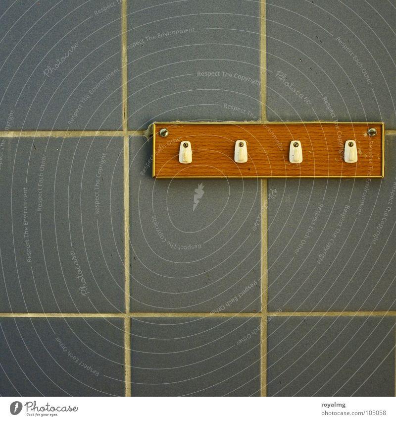niemand zuhause Wand Haken Kleiderhaken Holz grau braun weiß Keramik retro Bad ausgestorben Nostalgie Wohnung Renovieren verfallen Unbewohnt Vergänglichkeit