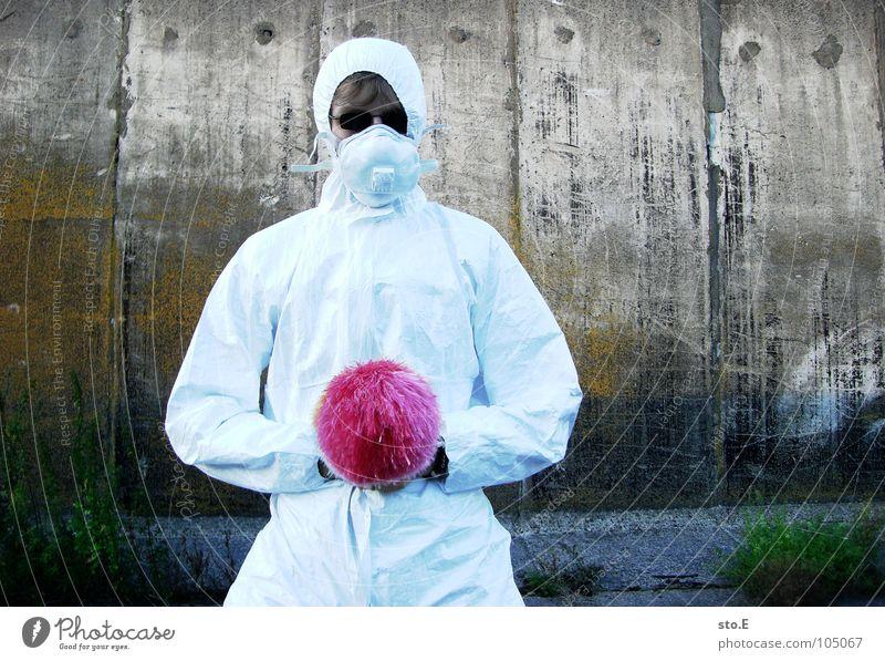 [b/w] seppuku Kerl Körperhaltung weiß Arbeitsanzug Quarantäne Labor Laborant Reinigen Raumpfleger Staubwedel mehrfarbig Mundschutz Sonnenbrille Gelände Wand