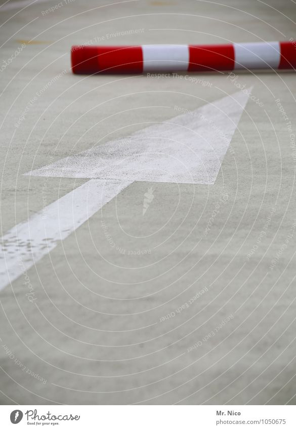 aus dem weg Parkhaus Straßenverkehr Wege & Pfade Verkehrszeichen Verkehrsschild rot weiß Pfeil Richtung richtungweisend Barriere Poller Geometrie Stadtzentrum