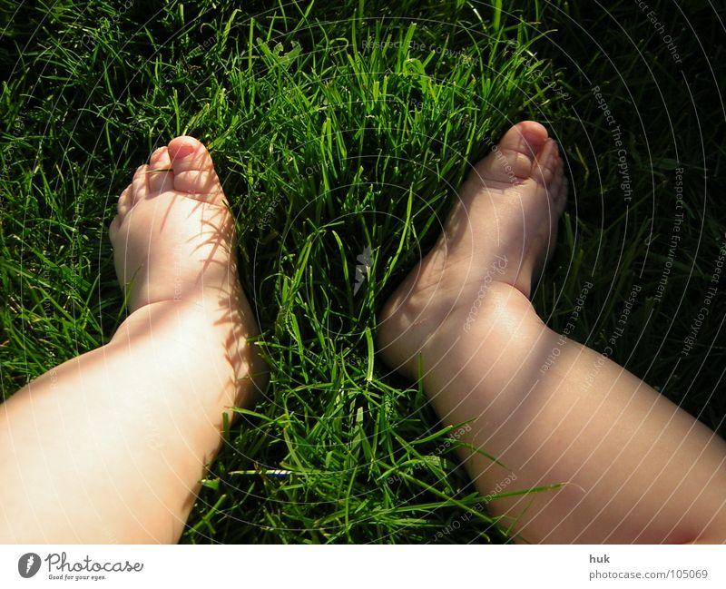 zeigt her eure Füßchen ... Wiese Gras grün Sommer dunkel Zwerg Baby Kind 2 klein Zehen Kleinkind Natur Garten Rasen Schatten hell Beine Fuß Haut Barfuß