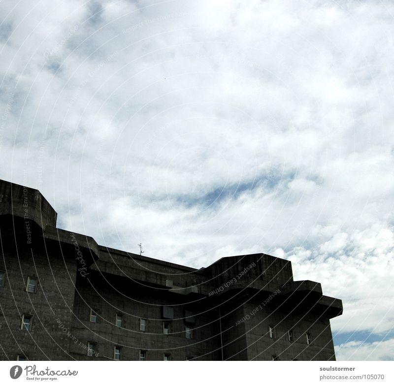 Bunker... Himmel weiß blau Wolken grau Mauer Beton Hamburg Schutz dick Stahl Denkmal Krieg Wahrzeichen Angriff gepanzert