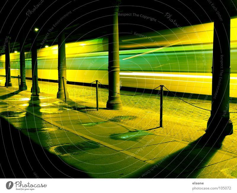 tutu nana grün gelb Straße Wege & Pfade Eisenbahn Geschwindigkeit Brücke fahren Dresden Bahnhof Kopfsteinpflaster Säule Fußgänger Pfütze Stab Straßenbahn