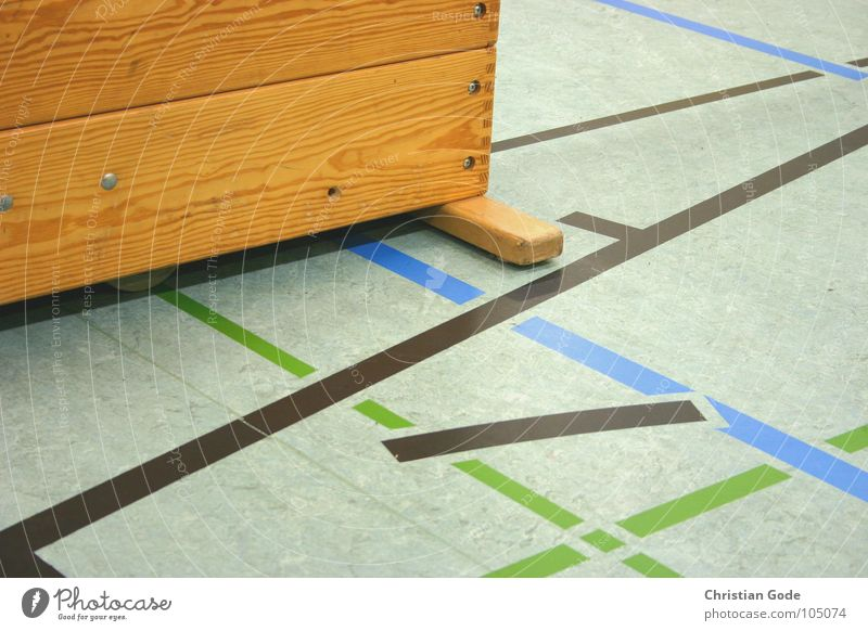 Mehrzweckhalle Sporthalle Badminton grün grau schwarz Holz Kiste Ballsport Detailaufnahme Volleyball Basketball Handball Linie blau Hallenboden