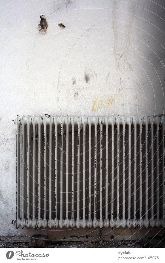 Schlanke heisse Rippchen Wand Kalk weiß Tapete Heizkörper kalt Schrott Müll Rest Demontage verfallen Wohnung Unterkunft heizen Schmiererei hängend Heizperiode
