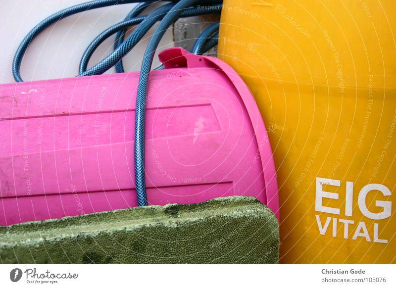 EIG VITAL Müll Fass rosa Schlauch Umbauen Nachbar Einfahrt Dinge Buchstaben Schriftzeichen Farbe Plasitk orange blau Dorfgrill