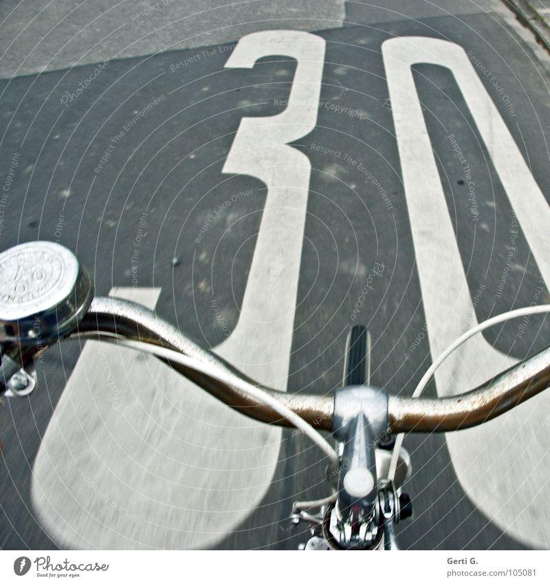 nah am Limit 30 Einladung langsam Geschwindigkeitsbegrenzung Strafmandat Ziffern & Zahlen leer Asphalt grau weiß bemalt Ferien & Urlaub & Reisen Fahrradtour
