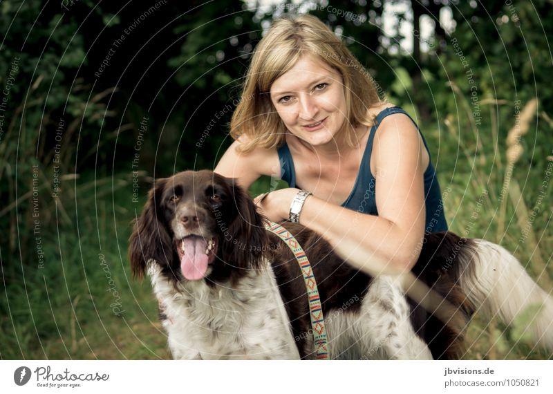 Verschnaufspause Hund Mensch Frau Natur Jugendliche Sommer Junge Frau Erholung Tier Erwachsene feminin Freundschaft blond sitzen Ausflug Pause