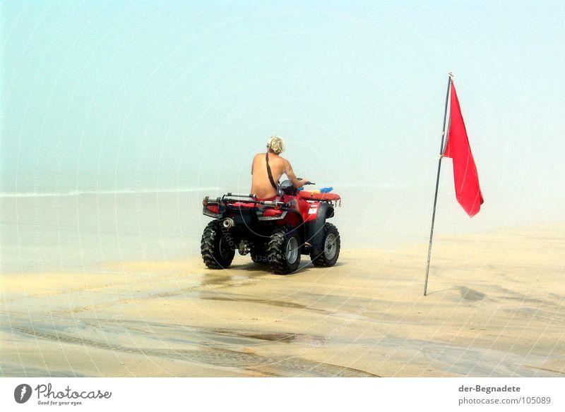 Baywatch Mann Meer rot Sommer Freude Strand Sand blond Erwachsene Nebel Rücken Hilfsbereitschaft Sicherheit Fahne Schwimmen & Baden türkis