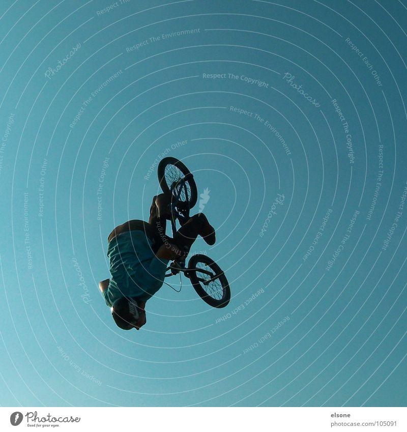 fliegen blau Freude Sport springen Fahrrad Freizeit & Hobby Mut Schönes Wetter BMX Unbekümmertheit Funsport 2007 Extremsport Rückwärtssalto