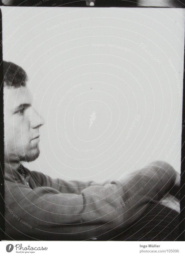 Fotosession 19 Pullover Mann maskulin Fotografie Photo-Shooting schwarz weiß Bart Denken ruhig verschränken hocken Schwarzweißfoto Gesicht Profil
