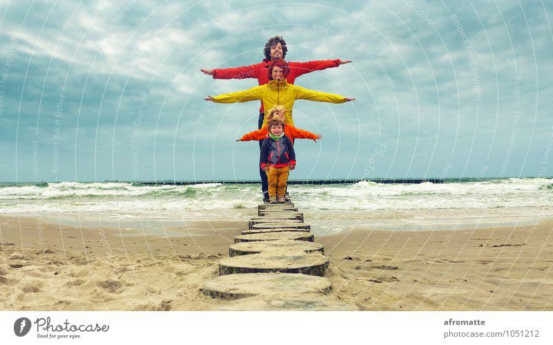 Familie Wellenbrecher Mensch Kind Wasser Meer Strand Erwachsene Leben Glück lachen Freiheit Sand Zusammensein Familie & Verwandtschaft Wellen Kindheit stehen