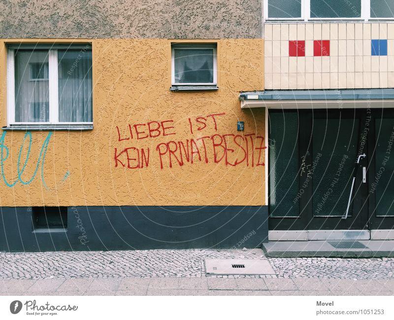 Privatbesitz Berlin Deutschland Stadt Haus Gebäude Mauer Wand Fassade Fenster Tür Zeichen Schriftzeichen Graffiti Liebe schreiben schreien Zusammensein Wut blau
