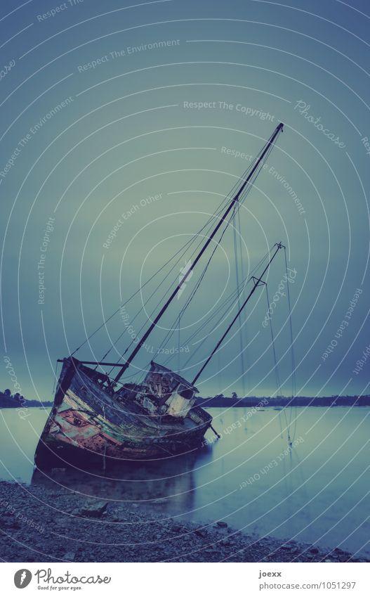 Letzte Ruhe Wasser Himmel Horizont Schifffahrt Fischerboot Hafen Schiffswrack alt historisch grün schwarz ruhig Ende Endzeitstimmung Idylle Vergänglichkeit