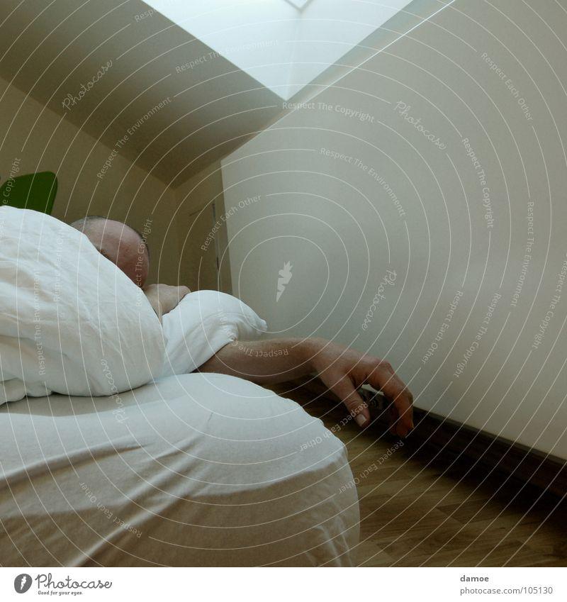 Guten Morgen Bett Kissen schlafen gähnen aufstehen Hand Glatze aufwachen verschlafen Schlafzimmer Decke Heizkörper Müdigkeit Kopf Luftmatraze lass mich in ruhe