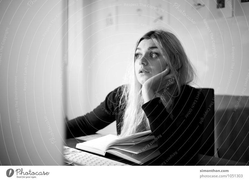 Kein Bock Mensch feminin Business Büro Technik & Technologie Computer lernen Neugier geheimnisvoll Todesangst Bildung Konzentration Student Stress Aggression Tastatur