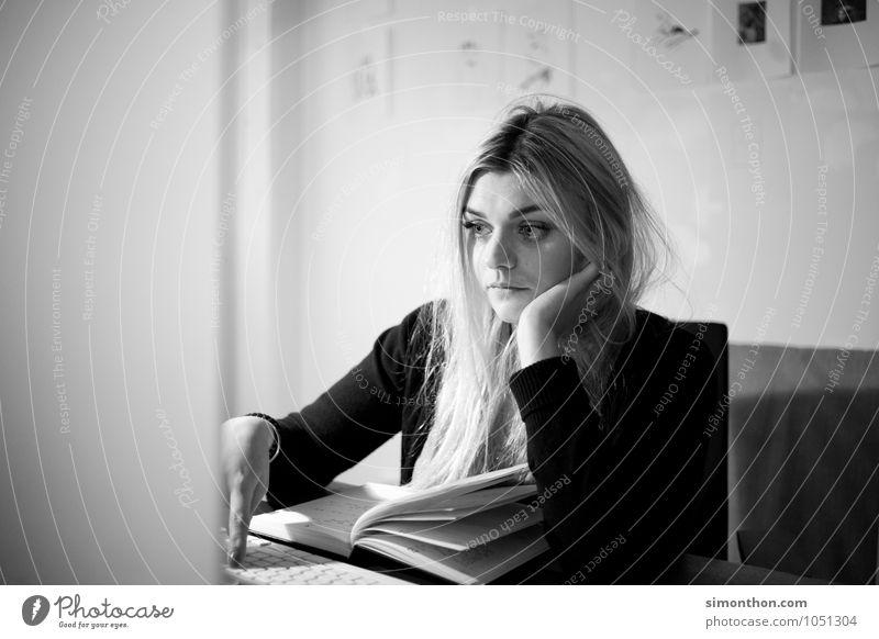 Langeweile lernen Berufsausbildung Azubi Praktikum Studium Student Arbeitsplatz Büro Business Bildschirm Unterhaltungselektronik Internet feminin 1 Mensch