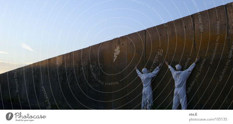 [b/w] bodenständig Mensch Natur alt weiß Pflanze Wand Mauer Reinigen Körperhaltung Asphalt Schutz verfallen Bauernhof Typ Sonnenbrille Aktien
