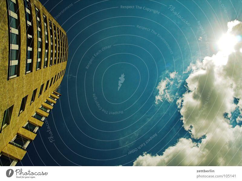 Haus, Himmel, Wolke, Sonne Hochhaus Fenster Licht Mieter Vermieter Neubau Neubausiedlung Sozialer Brennpunkt Wunsch Wolken Sommer Froschperspektive mietspiegel