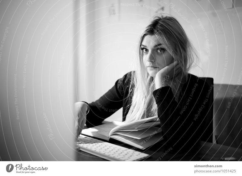 Genervt Mensch Einsamkeit Traurigkeit feminin Tod Büro Studium lernen Hoffnung Trauer Sehnsucht Glaube Überraschung Student Müdigkeit Sorge