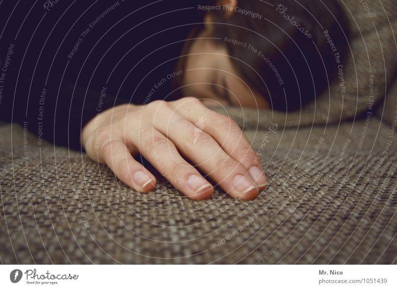 berühren Erholung Hand ruhig Wärme Gefühle Innenarchitektur feminin Gesundheit liegen träumen Häusliches Leben authentisch weich Finger schlafen