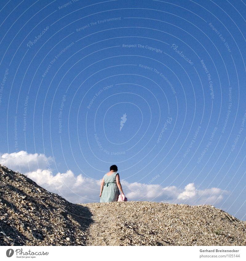 Frau Holle geht einkaufen Wolken Kleid Hügel Sommer Wegsehen gehen umkehren Himmel Stein Berge u. Gebirge Kies