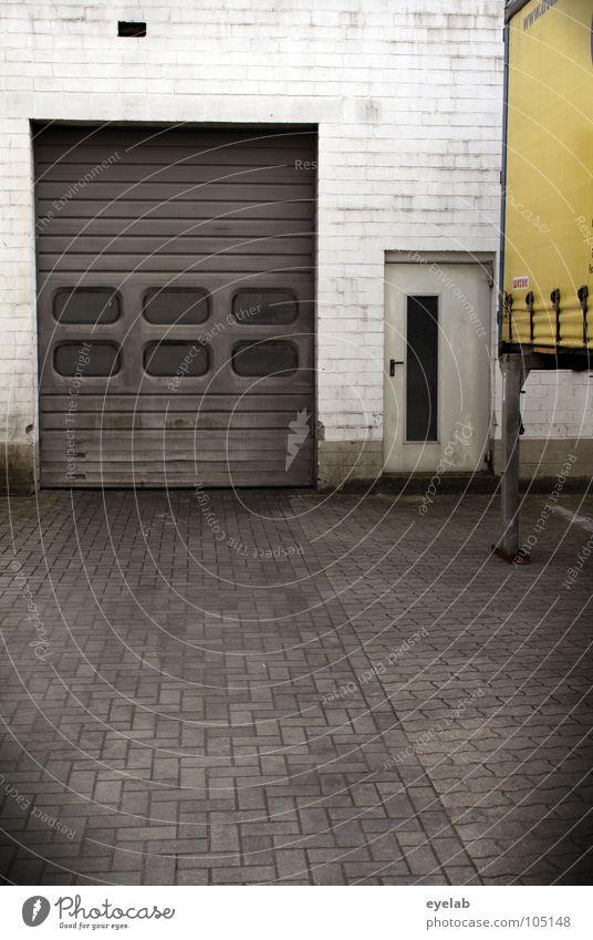 Montag - Freitag 7:30 - 16:00 verfallen Handwerk Werkstatt Lastwagen Abdeckung Wand Autobahnauffahrt Einfahrt Eingang Ausgang Fenster Gebäude Haus Sicherheit