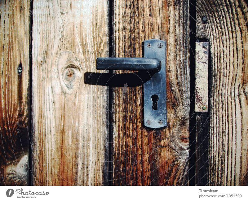 Hüttengaudi | Man hatte mir ein Schloss versprochen Tür Türschloss Griff Beschläge Schraube Holz Metall warten dunkel einfach braun schwarz Gefühle Maserung