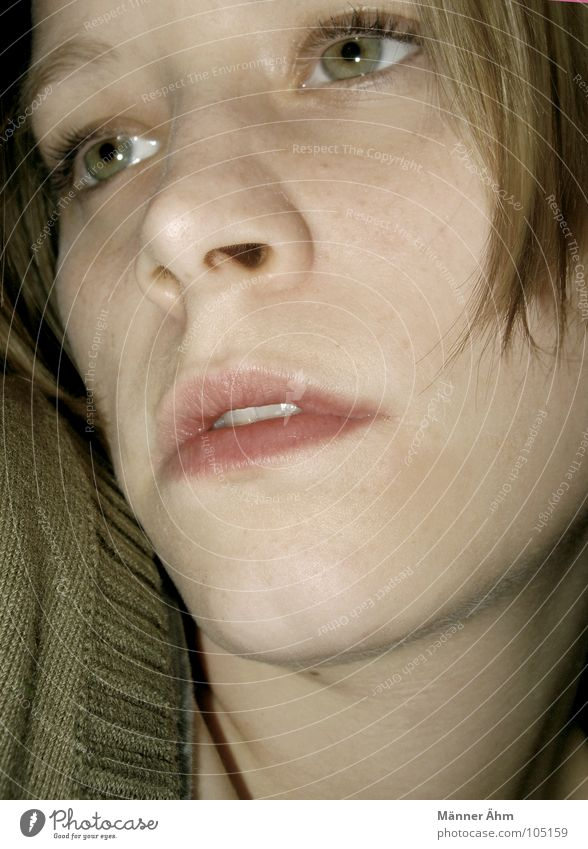 Wenn du wüsstest... Frau grün Gesicht Auge Mund Nase Bekleidung Konzentration verstecken Pullover