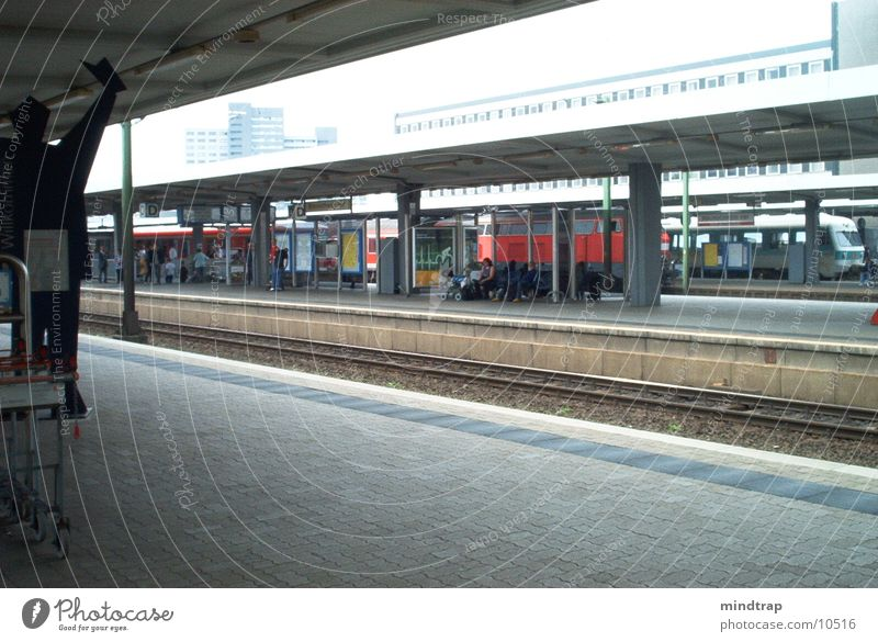 Bahnsteig_3 Mensch ruhig warten Sonntag Bahnsteig