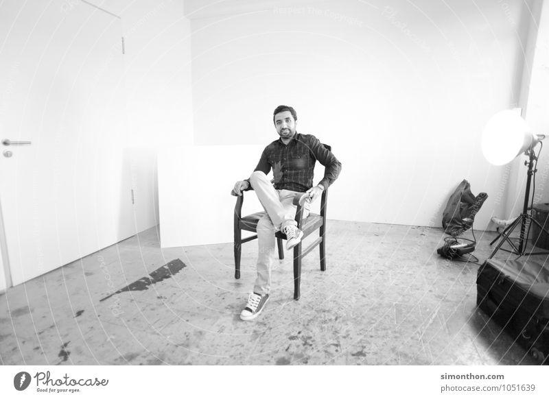 Portrait Raum maskulin 1 Mensch Stuhl Lampe Jugendliche Atelier Künstler Fotostudio Fotograf Zufriedenheit Interview Hemd leer gemütlich Schwarzweißfoto Porträt