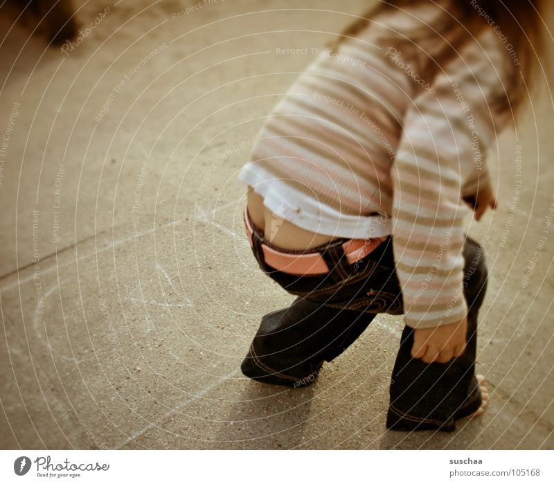 mama, kann ich ... Kind Mädchen Freude Straße Spielen 3 Hinterteil streichen Hose Pullover Kleinkind Spielplatz Barfuß hüpfen Kreide Gürtel