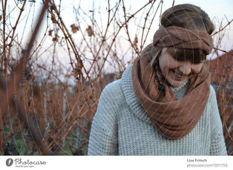 nasen muss man lieben² feminin Junge Frau Jugendliche Erwachsene 1 Mensch 18-30 Jahre Sträucher Schal Stirnband brünett Pony Lächeln lachen ästhetisch Glück