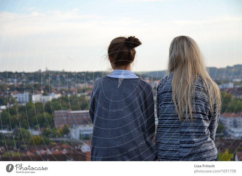 zu zweit ist man weniger allein Mensch Jugendliche Stadt Erholung 18-30 Jahre Erwachsene feminin Junge Zeit Zusammensein Freundschaft blond ästhetisch genießen
