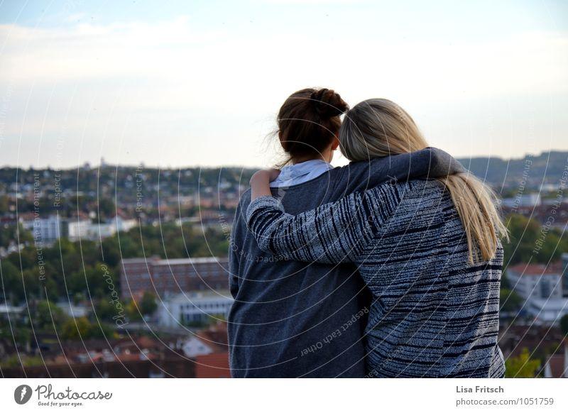 friendship feminin Junge Frau Jugendliche Freundschaft Erwachsene 2 Mensch 18-30 Jahre Himmel Würzburg Stadt Stadtrand genießen Liebe Umarmen natürlich schön