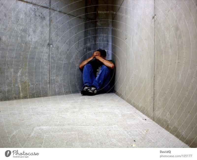 ohne mich Mann ruhig Einsamkeit grau Traurigkeit Denken Angst Beton geschlossen Trauer Ecke kaputt Müdigkeit Verzweiflung Gedanke Panik