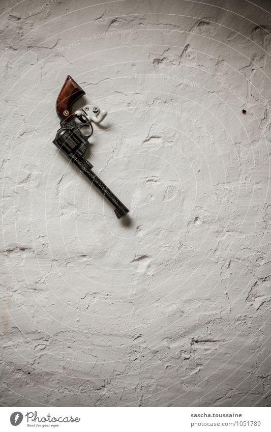 STUDIO TOUR   Revolver an den... Haken gehangen Arbeitslosigkeit Ruhestand Feierabend Mauer Wand Stein Metall gebrauchen hängen Jagd kämpfen Aggression