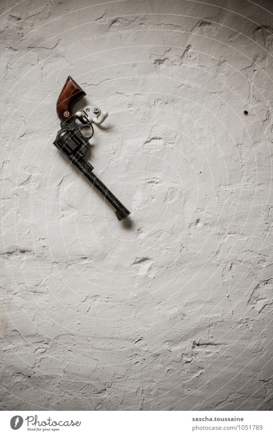 STUDIO TOUR | Revolver an den... Haken gehangen Wand Tod Mauer Stein Metall bedrohlich Macht Schutz Todesangst Zukunftsangst Wachsamkeit Jagd hängen Gewalt