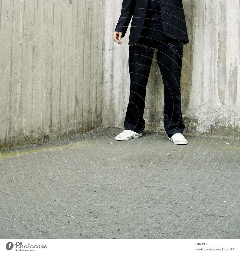 ALL FOR THE MONEY [KOLABO] Mann schwarz Beine Ecke Rauchen Anzug Zigarette Turnschuh Hinterhof anonym Bildausschnitt Anschnitt kopflos Isoliert (Position)