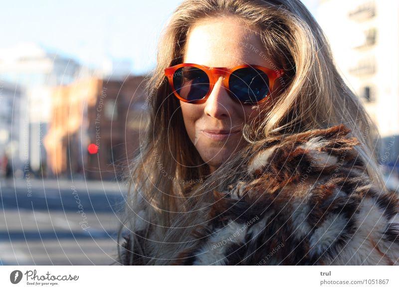 So pretty! feminin Junge Frau Jugendliche Haare & Frisuren Gesicht 1 Mensch 18-30 Jahre Erwachsene Stadtzentrum Straße Ampel Mode Pelzmantel Fell Accessoire